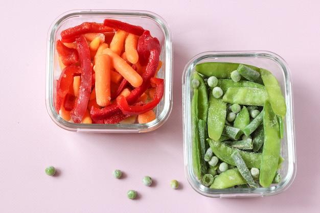 Замороженные овощи, такие как зеленый горошек, стручки гороха, зеленая фасоль, красный сладкий перец и молодая морковь.