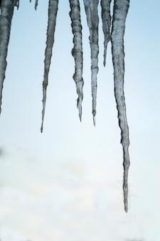 Замороженная вода в виде сосулек