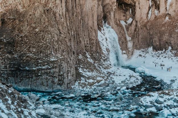산에서 겨울에 얼어 붙은 폭포. 산 풍경 사진.