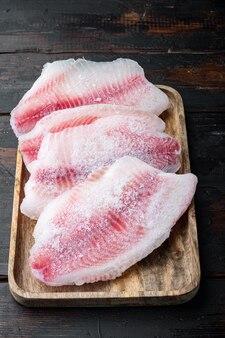 Замороженное филе белой рыбы на старом деревянном столе