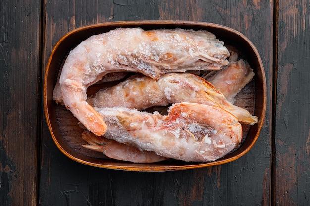 오래 된 어두운 나무 테이블에 나무 상자에 머리 세트 냉동 야생 아르헨티나 빨간 새우
