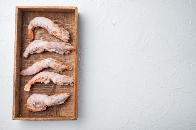흰색 나무 상자에 머리 세트 냉동 야생 아르헨티나 붉은 새우