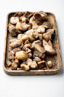 흰 돌 배경에 냉동 야생 버섯 세트