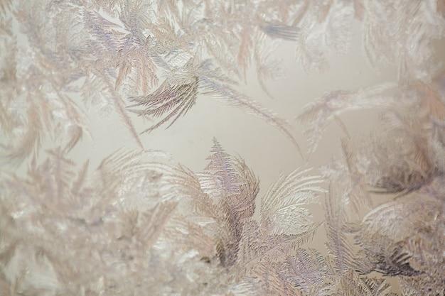 凍った窓。凍った窓の上の結晶。クリスマスの背景。