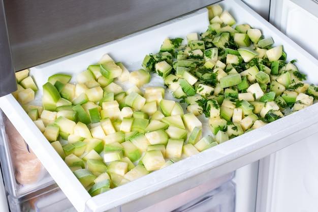 冷凍庫で冷凍ズッキーニキューブ。冷凍食品のコンセプト