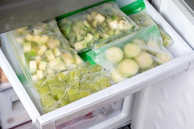 冷凍庫で冷凍ズッキーニ。冷凍食品のコンセプト。水平