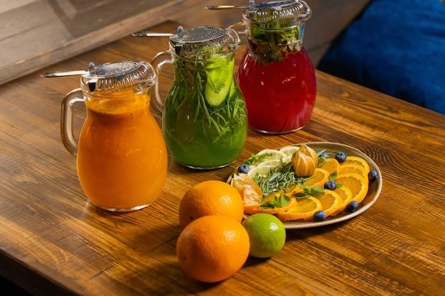トウヒと木製トレイのフルーツとベリーのレモネード