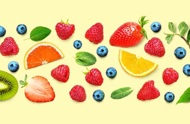 다양 한 익은 열매와 노란색 배경에 잎의 과일과 베리 패턴입니다. 과일 테두리 프레임 배너입니다. 평평하다.
