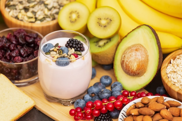 果物とパン木製テーブルの全粒穀物とナッツ