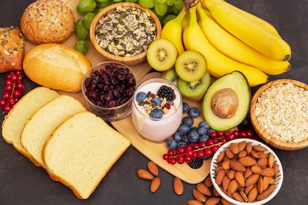 Фрукты и хлеб цельнозерновые и орехи на деревянном столе