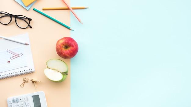 机の上の赤と緑のリンゴと果物と健康の概念