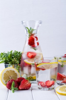 과일과 허브 주입 물. 차갑고 상쾌한 비타민 해독 수. 여름 음료