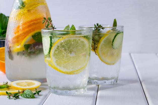 과일과 허브 주입 물. 차갑고 상쾌한 비타민 해독 수