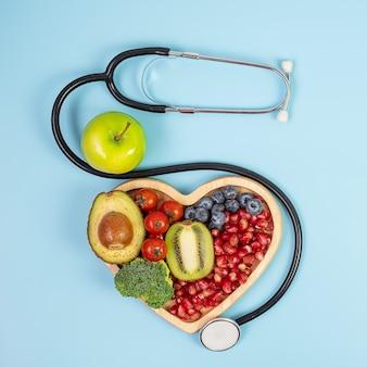 青い背景の上の果物と野菜