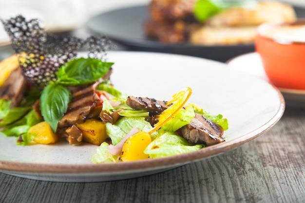 Салат из фруктов и овощей с жареной свининой