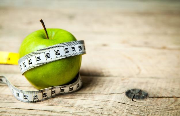Фрукты. яблоко и сантиметр. здоровое питание