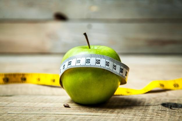 Фрукты. яблочный сантиметр. здоровое питание