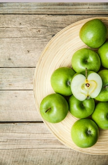 フルーツ。木製のテーブルの上のボウルにリンゴ
