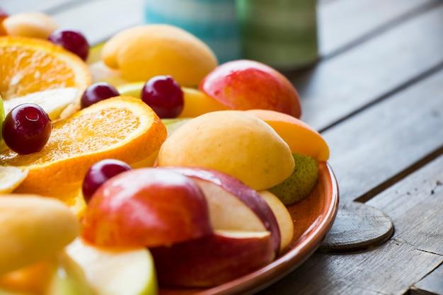 Фруктовое ассорти, закуска с различными фруктами на тарелке