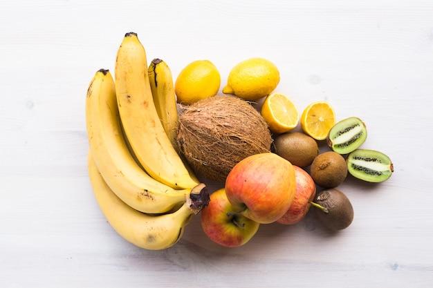 Фрукты банан кокос лимон яблоко киви