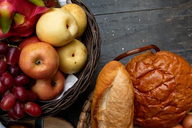 フルーツバスケットと朝食用テーブルのパン