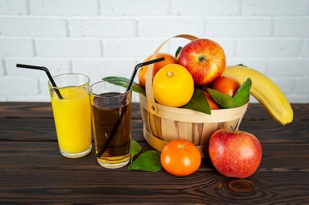 Корзина с фруктами и два стакана сока