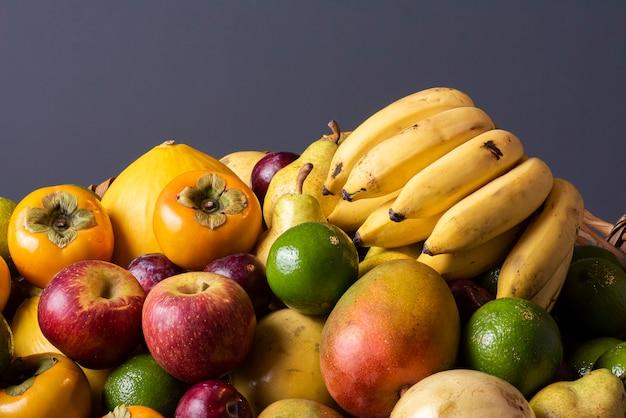 フルーツバスケット。リンゴ、レモン、マンゴー、プラム、メロン、バナナ、ナシ、柿。