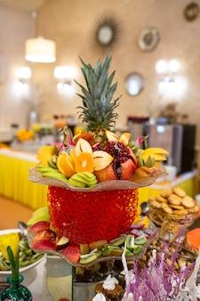 Корзина с фруктами на столе в заведении ресторана.