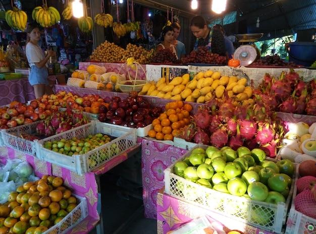 아시아 식료품점 야채 코너에 진열된 과일 바구니