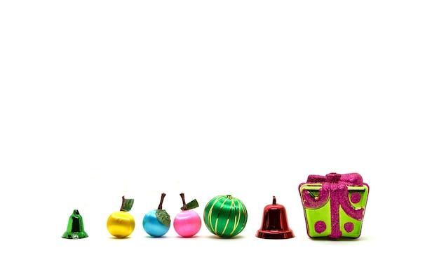 フルーツ、ベル、クリスマスのプレゼントボックスと白い背景の新年あけましておめでとうございます