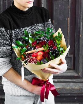Фруктовый букет со смешанными фруктами и цветами