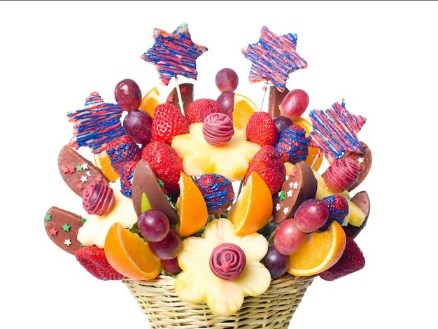 Украшение фруктового букета на столе