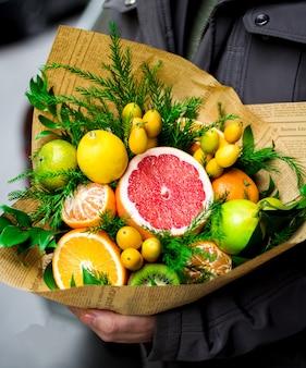 Фруктовый букет с различными фруктами