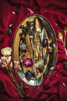 La ciotola di frutta con uva e prugne in lamiera d'argento