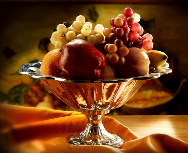 Ваза с фруктами и набором фруктов