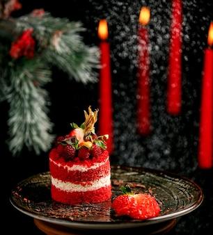 접시에 딸기와 과일 케이크