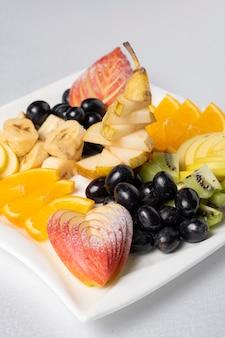 フルーツカービング、フルーツカービングの芸術。ブドウ、リンゴ、オレンジ、バナナの装飾