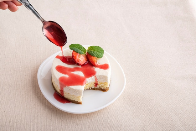 新鮮なイチゴとベリージュースが入ったフルーツチーズケーキ。クラシックなデザート。