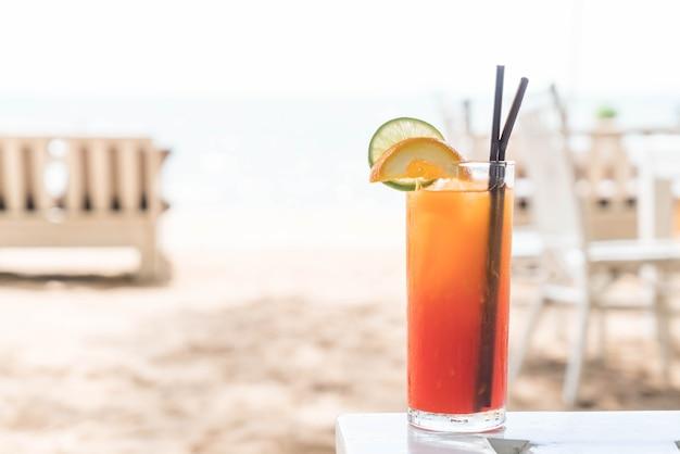 Vetro di cocktail di frutta nel caffè