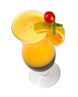 Фруктовый коктейль. традиционный холодный напиток летом.