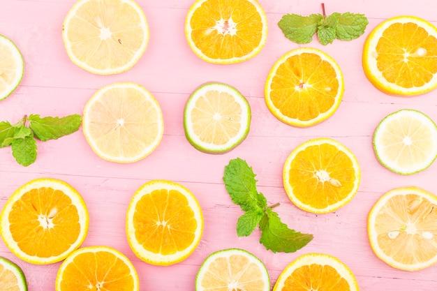 Фрукты. красочные свежие фрукты на голубой деревянной доске. апельсин, лимон, плоская планировка, вид сверху,