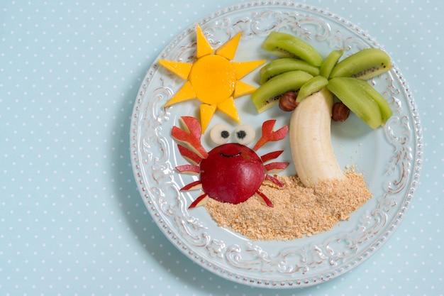 キウイ、バナナ、洋ナシの子供のためのフルーツデザート