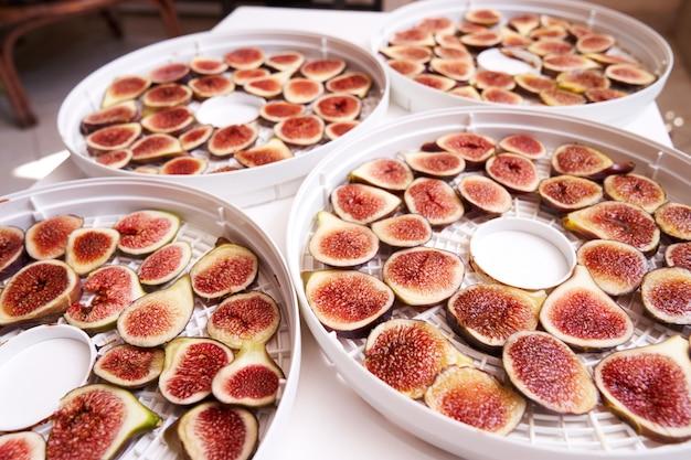 Процесс сушки фруктов на дегидраторе на столе