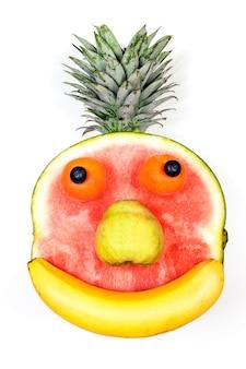 白い背景の上に分離されたフルーツの顔