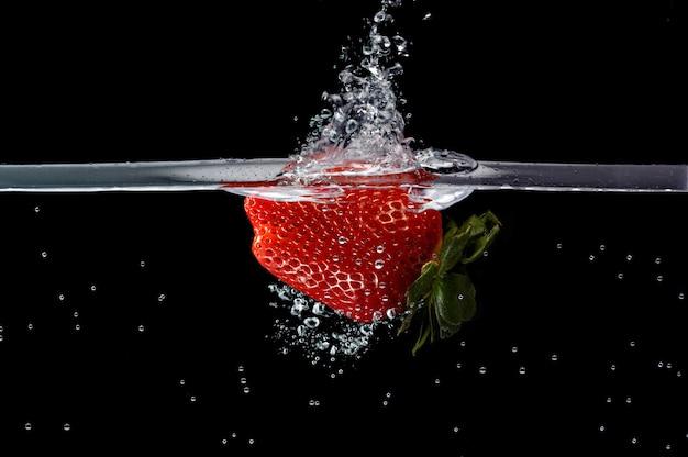 Фрукты падают в воду