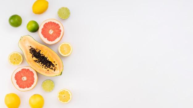 Cornice di frutta con sfondo bianco