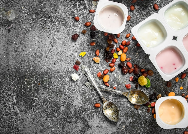 Фруктовые свежие йогурты. на деревенском фоне.