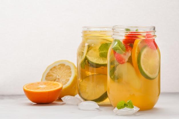 ガラスの瓶にミントとフルーツアイスティーとジンジャーハーブアイスティー