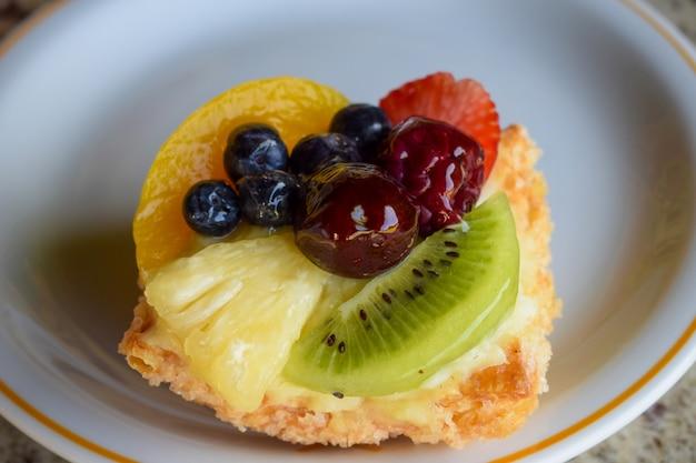 Фруктовый джем с вишней, черникой, малиной, ананасом и клубникой