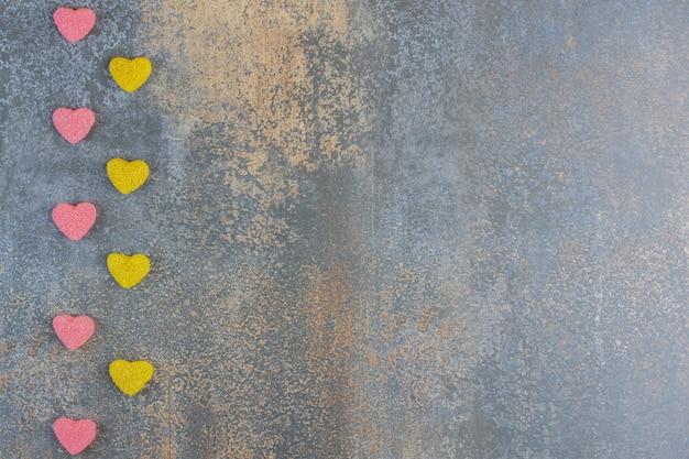 과일 젤리 분홍색과 노란색 캔디 하트. 고품질 사진